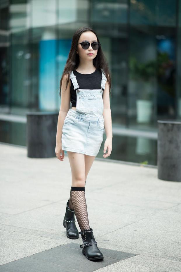 Chỉ mới 9 tuổi nhưng cô bé Huỳnh Phương Anh đã cập nhật rất nhanh xu hướng thời trang của thế giới bằng áo yếm kết hợp với croptop và tất lưới.