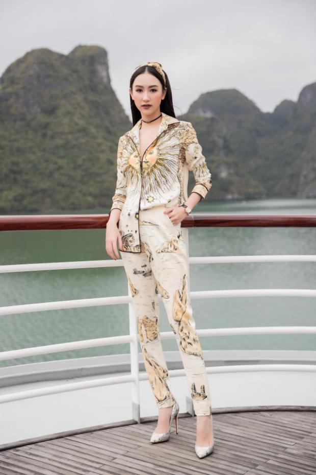 Trái ngược với dàn sao điệu đà cùng đầm, váy, Hà Thu lựa chọn set đồ cá tính gồm áo và quần in họa tiết cả cây.