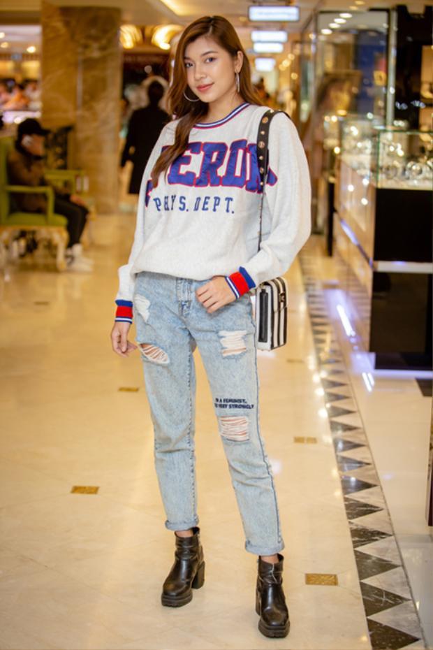 Đồng Ánh Quỳnh lựa chọn phong cách thời trang đường phố năng động gồm áo sweater và quần jeans xé rách.