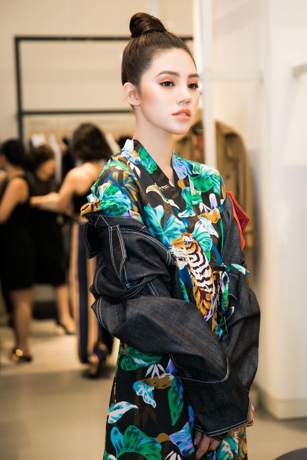 Bộ cánh Kenzo cá tính là sự lựa chọn của Jolie Nguyễn khi tham dự một event khác trong tuần.