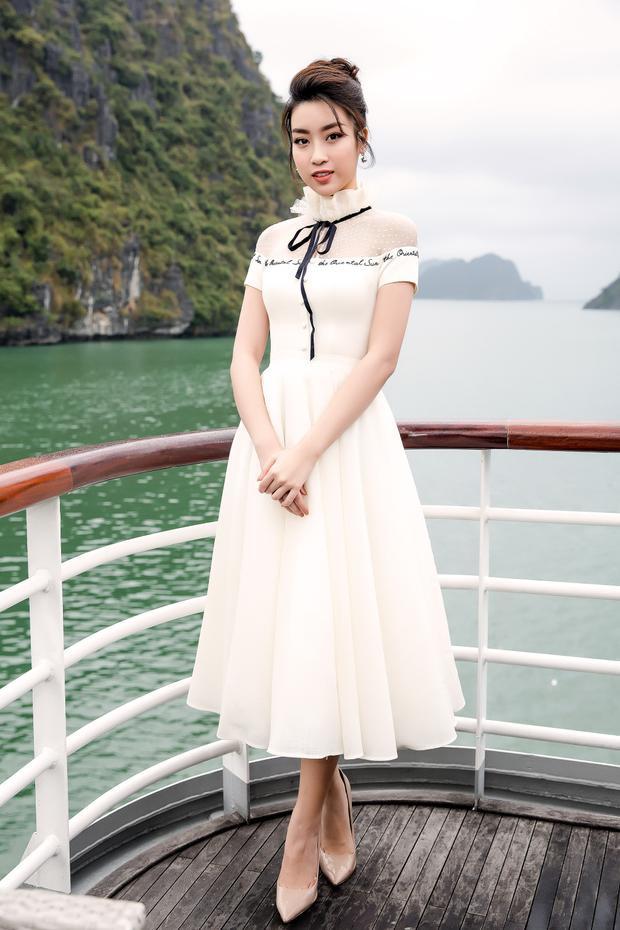 Đỗ Mỹ Linh khoe nhan sắc ngọt ngào khi thả dáng cùng váy dài thêu dòng chữ ngay ngực. Cách làm tóc, trang điểm cũng hoàn toàn phù hợp với tổng thể của Hoa hậu Việt Nam 2016.