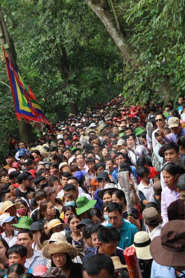 Dòng người nườm nượp trên núi Nghĩa Linh. Ảnh: Dân Trí.
