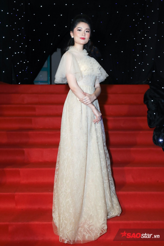 """Á hậu Thùy Dung """"ngọt lịm"""" trong thiết kế đầm dáng suông khá nữ tính."""