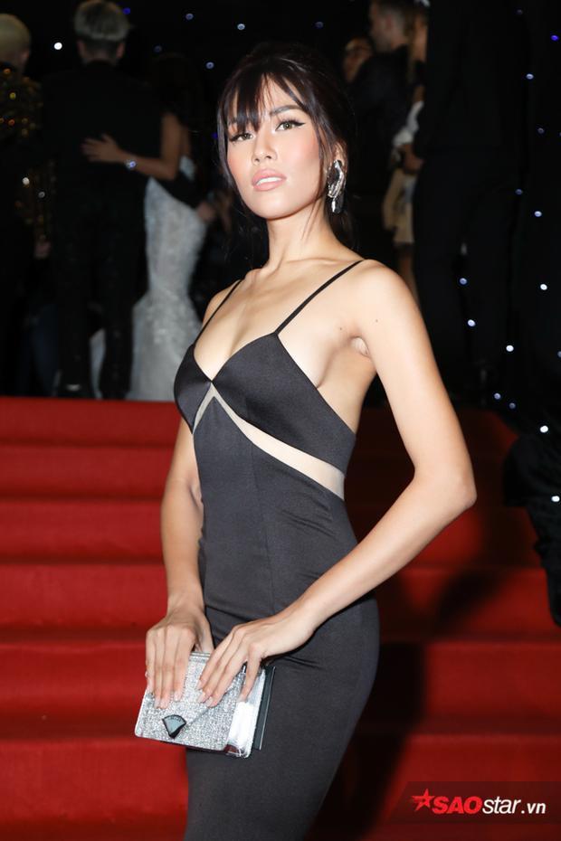 Á hậu Nguyễn Thị Loan diện một thiết kế hai dây khoe tối đa vòng một gợi cảm.
