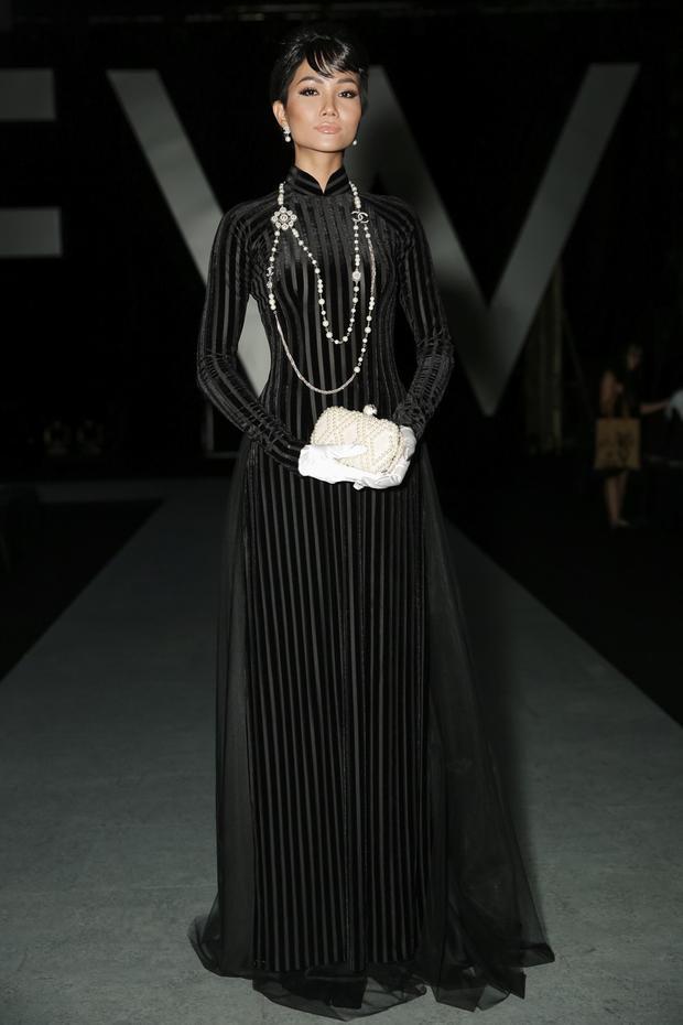 Diện áo dài đen tuyền và trang sức đơn giản nhưng chính màn trang điểm tuyệt đẹp đã giúp H'Hen Niê ghi điểm tuyệt đối với vẻ đẹp kiêu sa, lộng lẫy.
