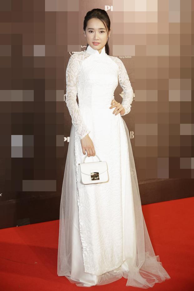 Nhã Phương cũng đã xuất hiện tại Vietnam International Fashion Week. Cô diện áo dài trắng đơn giản bất ngờ và trang điểm trang nhã, gợi vẻ đẹp tinh khôi.