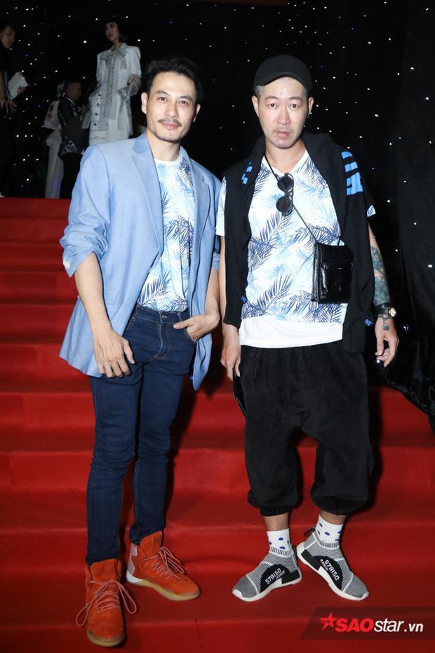 Cặp đôi NTK Trương Thanh Long - Võ Công Khanh cùng diện áo cặp in họa tiết lá cây, nhưng mỗi người đều có cách mix khác nhau, nêu bật cá tính riêng.