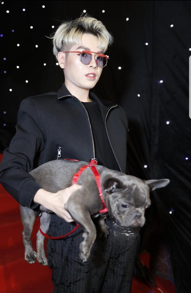 Đức Phúc gây chú ý khi ôm chó cưng tham dự sự kiện.