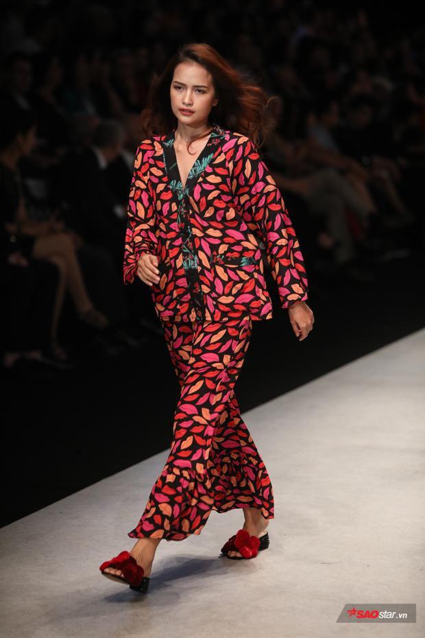 Đến nét phóng khoáng của những chiếc lá gam màu nóng trên hình hài áo kimono cùng chân váy dài.