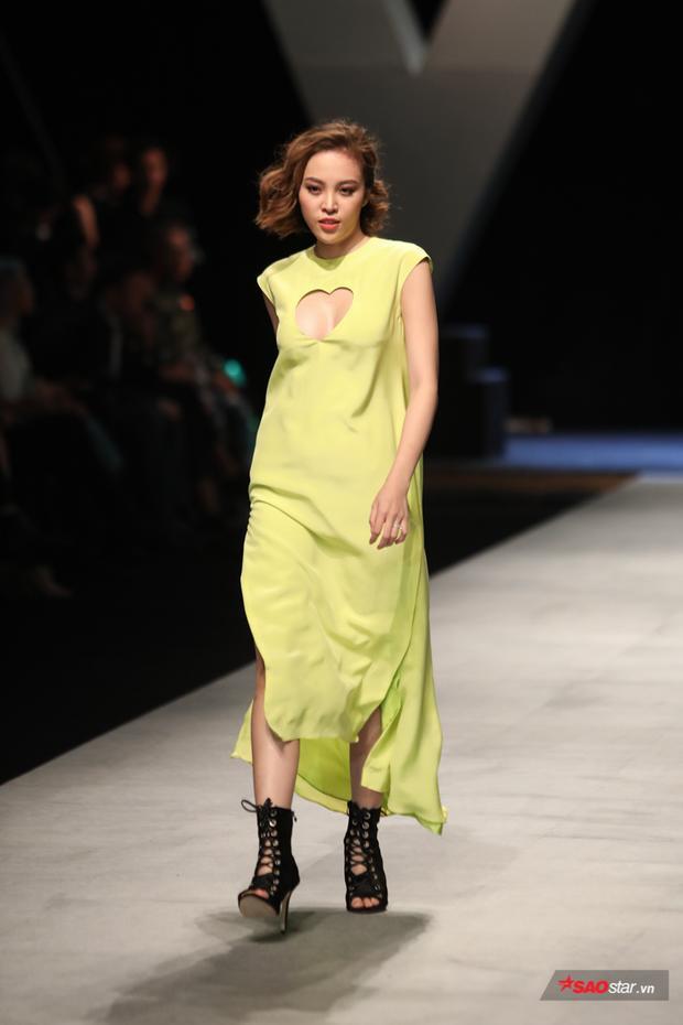 """Thiết kế váy với đường khoét ngực hình trái tim khá duyên dáng cùng tông màu vàng đang """"gây bão"""" trong mùa hè năm nay."""