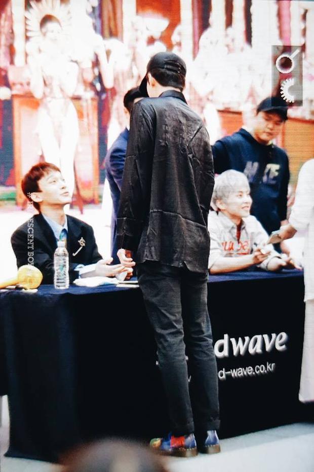 Sự xuất hiện của Sehun trong buổi ký đĩa khiến các chàng trai vô cùng ngạc nhiên.