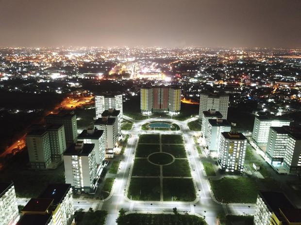 Kỹ túc xá ở làng đại học Thủ Đức nhìn vào ban đêm.