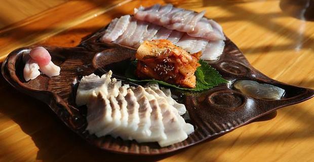Với đại đa số người Hàn Quốc, cá đuối lên men là món ăn tương đối phổ biến, nhưng với nhiều du khách, đây lại là một trong những món ăn nặng mùi và khó nuốt nhất hành tinh.. Những gì các đầu bếp cần làm ở món ăn này là để cá đuối trong tủ đá 15 ở nhiệt độ 2,5 độ C rồi chuyển sang tủ thứ hai 15 ngày tiếp theo ở nhiệt độ 1 độ C cho đến khi cá đuối đã bốc mùi giống như nước tiểu, rồi chúng mới được thái lát mỏng và ăn sống.