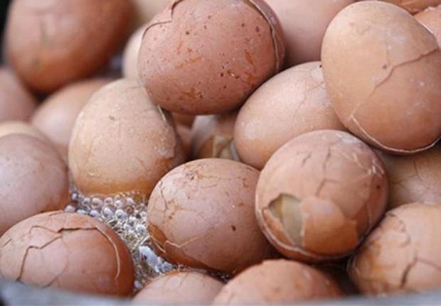 Trứng được luộc bằng nước tiểu bé trai là một món ăn truyền thống ở một số vùng thuộc Trung Quốc. Cứ đến mùa xuân, nước tiểu của những bé trai dưới 10 tuổi sẽ được thu thập và dùng cho việc luộc trứng. Người ta tin rằng những quả trứng đặc biệt này sẽ tăng cường việc lưu thông máu và phục hồi năng lượng trong cơ thể.