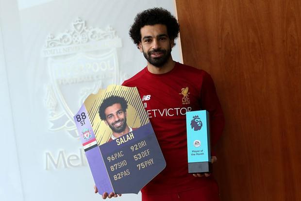 """Người đầu tiên giành 3 giải Cầu thủ xuất sắc nhất. Ở mùa giải 2017-2018, Salah có 3 lần """"ẵm"""" giải thưởng Cầu thủ xuất sắc nhất tháng (tháng 11, tháng 2 và tháng 3). Ngôi sao 25 tuổi là cầu thủ đầu tiên trong lịch sử làm được điều này."""