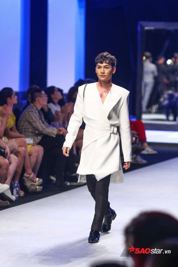 Ali Hoàng Dương sải những bước catwalk cực chuẩn khi làm first face của NTK Nguyễn Tiến Truyển.