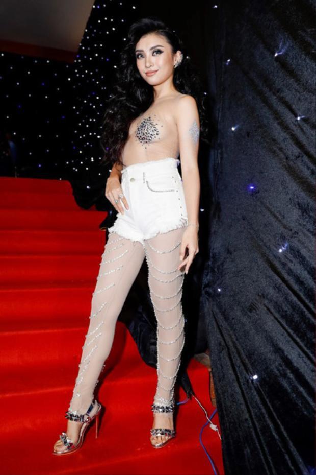 Trước đó, trong đêm đầu tiên của Tuần lễ thời trang, Tiêu Châu Như Quỳnh cũng khiến khán giả ái ngại vì bộ cánh hở hang, khoe thân quá đà. Được biết, cả hai đều là những sáng tạo của NTK Nguyễn Tiến Truyển.