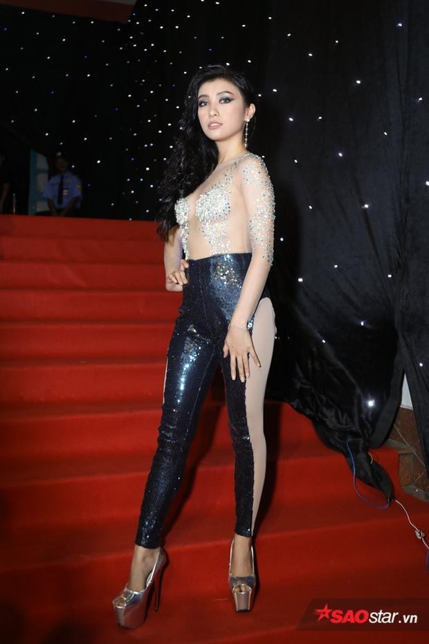 Bộ cánh quá đỗi đặc biệt tuy giúp cháu gái Lam Trường chiếm hết spotlight, nhưng đồng thời cô cũng phải nhận nhiều lời chỉ trích vì lý do chọn trang phục không hề phù hợp với một sự kiện thời trang.