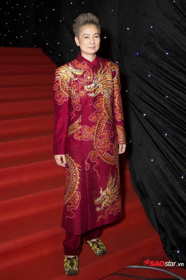 Cựu người mẫu Thúy Vinh gây ấn tượng với bộ cánh rồng phượng cùng đôi hài ton-sur-ton. Mặc dù vậy, chất liệu quá cứng, nuốt dáng cũng khiến cô phải nhận lấy những cái lắc đầu ái ngại từ phía người hâm mộ.