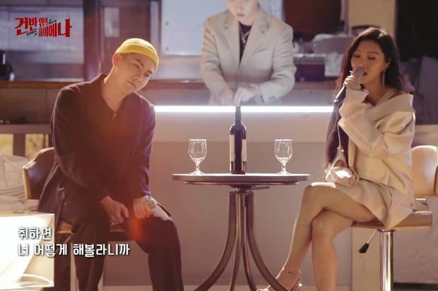 Don't Give it to Me đánh dấu lần hợp tác đầu tiên của thành viên Mamamoo và chàng rapper quán quân Show Me The Money mùa đầu tiên.