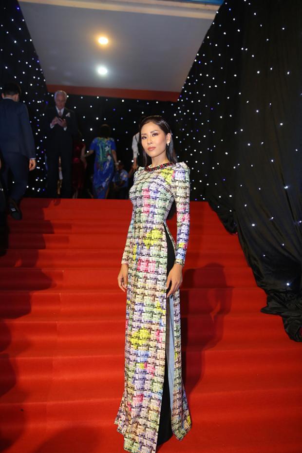 Cùng chung suy nghĩ diện áo dài đi sự kiện còn có á hậu Nguyễn Thị Loan, cô chọn tà áo dài với phần tay bồng, cổ đính hạt để làm duyên.