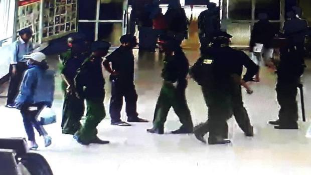 Cảnh sát 113 có mặt để khống chế người đàn ông. Ảnh chụp camera.