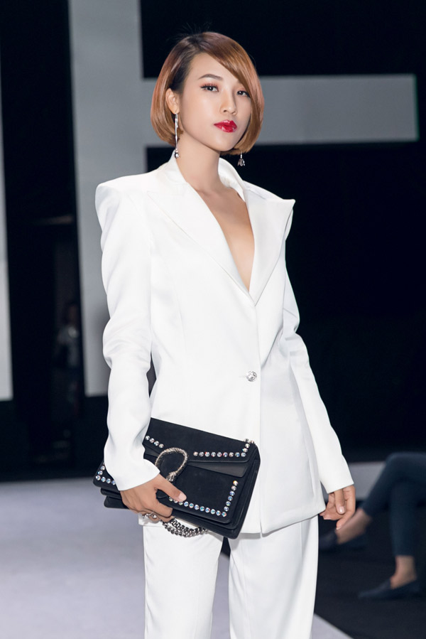 Hoàng Oanh là một trong số không nhiều mỹ nhân xuất hiện ở Tuần lễ thời trang quốc tế với đôi môi đỏ rực, với lối trang điểm đơn giản nhưng đầy cuốn hút.