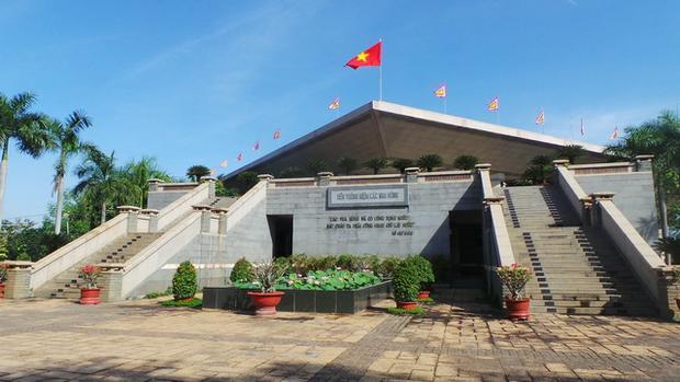 Đền tưởng niệm các vua Hùng ở công viên lịch sử - văn hóa dân tộc.