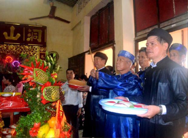 Người dân đến dự lễ giỗ tổ Hùng Vương ởBà Rịa - Vũng Tàu.