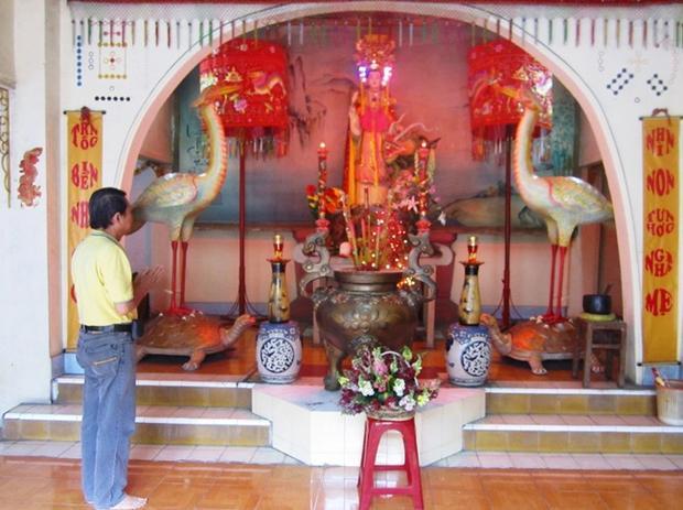 Gian thờ Bà Âu Cơ ở tầng trệt của tổ đình Lạc Hồng.