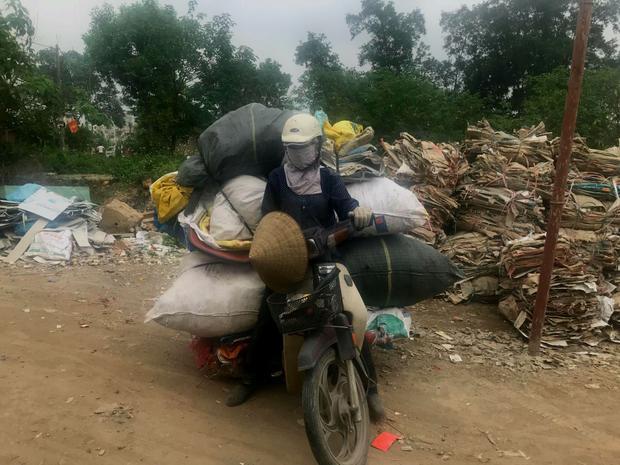 Chị Th. vội vã đi xe máy về nhà sau khi rời trụ sở công an.