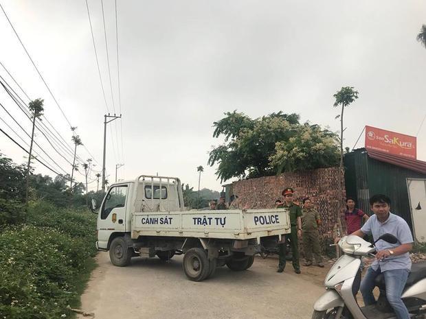 Khu vực đường làng Tân Mỹ được công an chốt chặn phục vụ công tác điều tra.