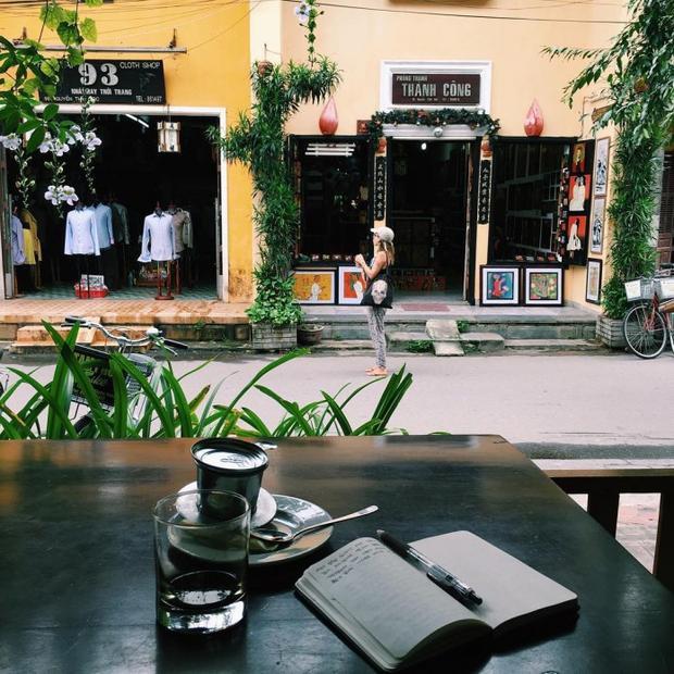 Du khách đến phố Hội, việc nhâm nhi 1 tách cà phê là điều không thể thiếu.