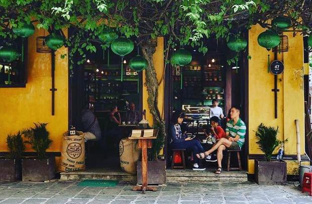 Đơn giản, tìm đến cà phê chỉ là để thư thái. Nhiều người tìm đến cà phê Hội An chỉ vì nhớ - nhớ hương vị cà phê đậm đà không nơi nào có được.