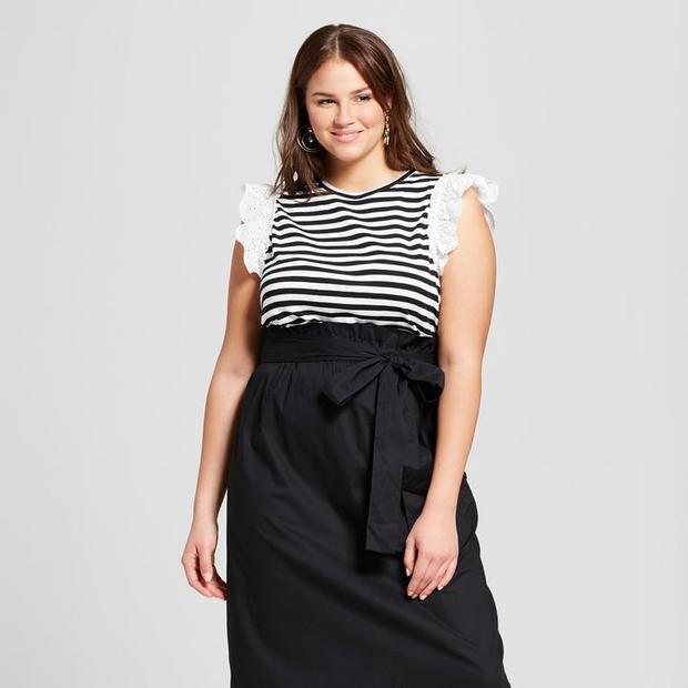 Những nàng mũm mĩm hãy tự tin hơn với những chiếc váy đen được cách điệu tinh tế, khéo léo ít chi tiết thừa như bèo nhún, diềm xếp đơn giản mà cực trendy. Đơn giản luôn là điều tuyệt vời nhất. Tương tự màu đen, các màu sắc tông đậm, tối khác cũng đều có tác dụng giúp thu nhỏ cơ thể của bạn.