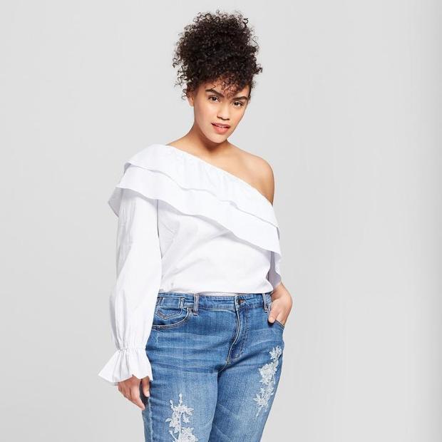 Bắt kịp xu hướng thời trang hè mà vẫn mát mẻ, không lo xấu, bạn vẫn có thể tự tin diện áo trễ một bên vai cách điệu bèo nhún. Thiết kế này vừa che khuyết điểm về bắp tay kém thon gọn vừa tạo cho bạn phong cách cá tính.