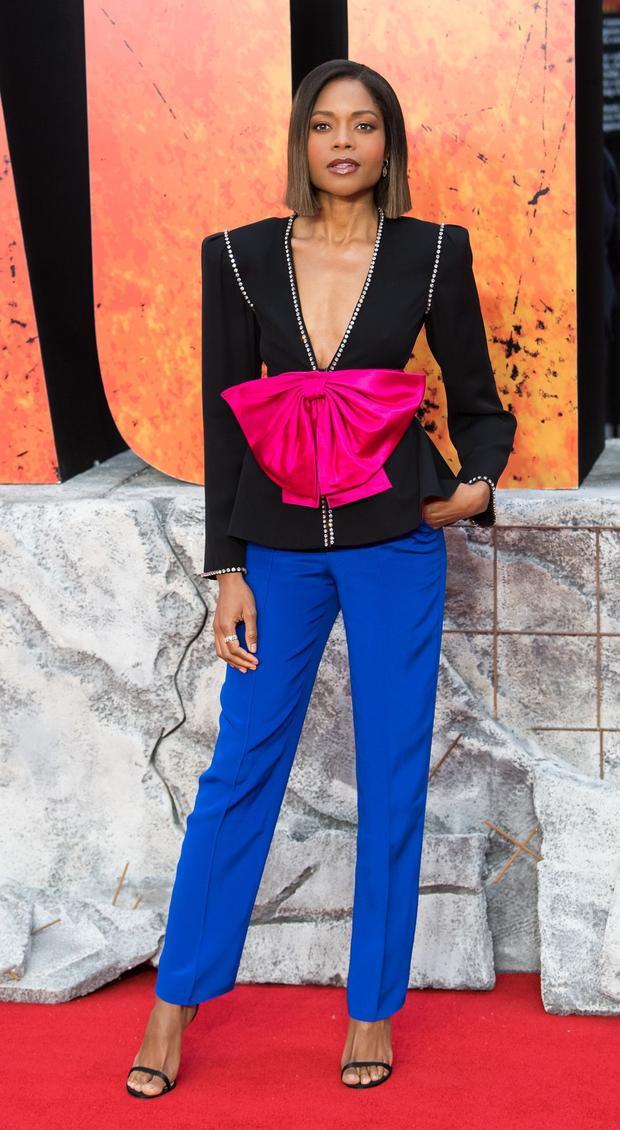 Naomie Harris xuất hiện sành điệu trong thiết kế mới của nhà mốt Gucci. Chiếc nơ hồng to tướng trông có vẻ hơi…vô duyên nhưng lại vô cùng hài hòa với chiếc quần xanh cobalt bên dưới.