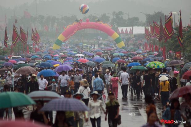Du khách thập phương đội mưa về Đền Hùng dâng hương tưởng nhớ công lao các vua Hùng.