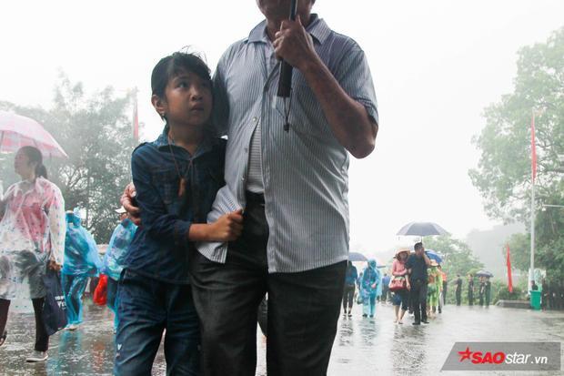 Những đứa bé cùng gia đình đến Đền Hùng dâng hương trong ngày quốc giỗ.
