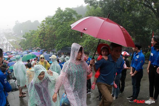 """Nhiều người gọi trận mưa ngày hôm nay là hiện tượng """"mưa rửa đền""""."""