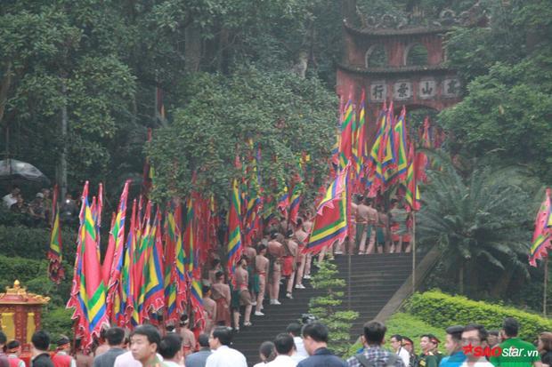 Trước đó, khoảng 7h30 sau khi Thủ tướng và các lãnh đạo Đảng, Nhà nước thực hiện xong Nghi lễ Dâng hương, Ban Tổ chức đã mở từng lớp hàng rào để người dân di chuyển lên các Đền để dâng hương tưởng nhớ tới các Vua Hùng.