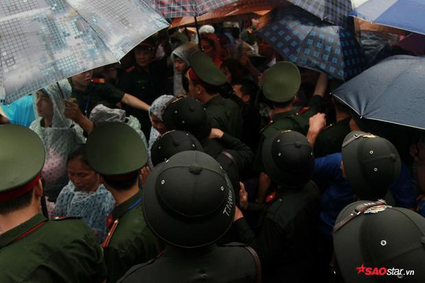 Nhiều chiến sĩ, tình nguyện viên giúp đỡ người già leo bậc thang và trẻ nhỏ không may lạc gia đình.