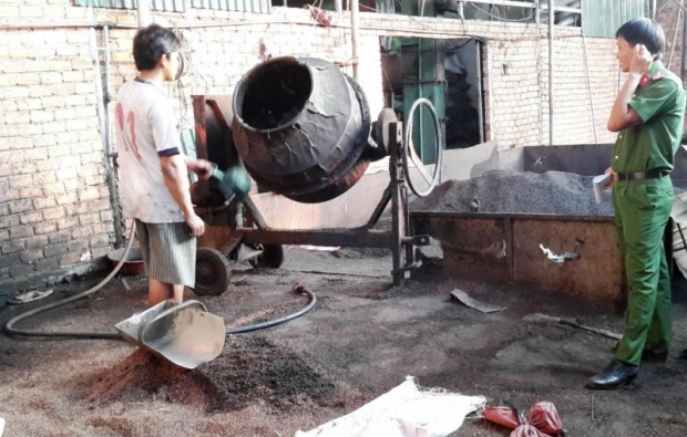 Cơ sở của bà Loan dùng cối trộn bê tông để trộn vỏ cà phê với lõi pin rồi đóng bao. Ảnh: Dân Việt.