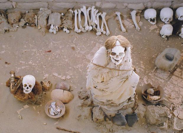 Bộ xương cười tại nghĩa trang Chauchilla. Ảnh: Atlasobscura
