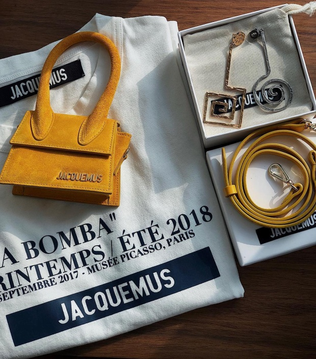 Được biết đến là một trong những mỹ nhân Vbiz sở hữu nhiều món hàng hiệu đắt đỏ, mới đây, Khánh Linh The Face còn tiếp tục khiến nhiều người phải ghen tỵ khi khoe lên trang cá nhân những món hàng hiệu đắt xắt ra miếng của thương hiệu Jacquemus.
