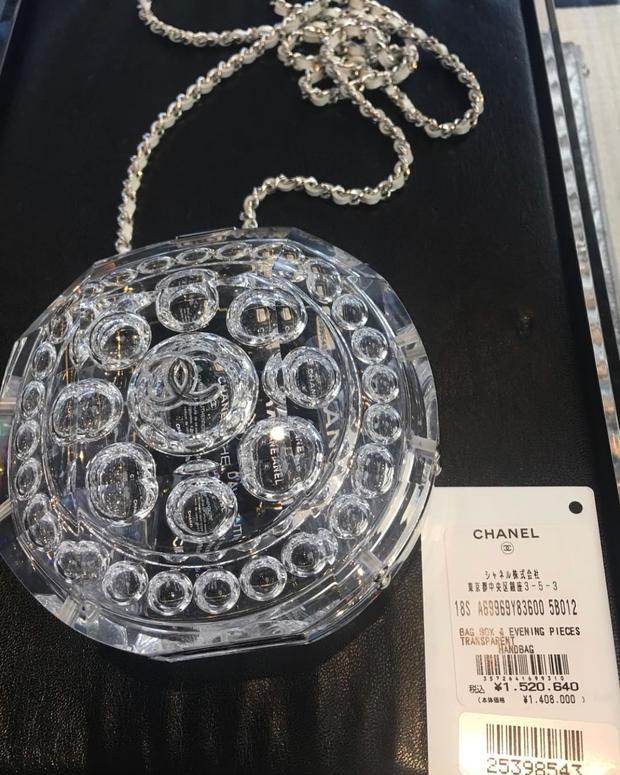 """Liệu có phải sắp tới là thời đại của những chiếc túi mini hay không? Khi trước đó, Mai Phương Thúy cũng từng khiến cộng đồng mạng """"dậy sóng"""" khi chi bộn tiền cho một chiếc túi bằng nhựa cứng của Chanel, kích thước chỉ tầm lòng bàn tay."""