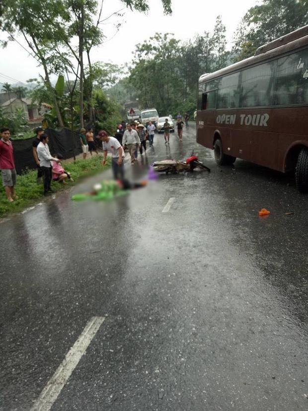 Nhiều người dân có mặt tại hiện trường đưa nạn nhân đi cấp cứu.