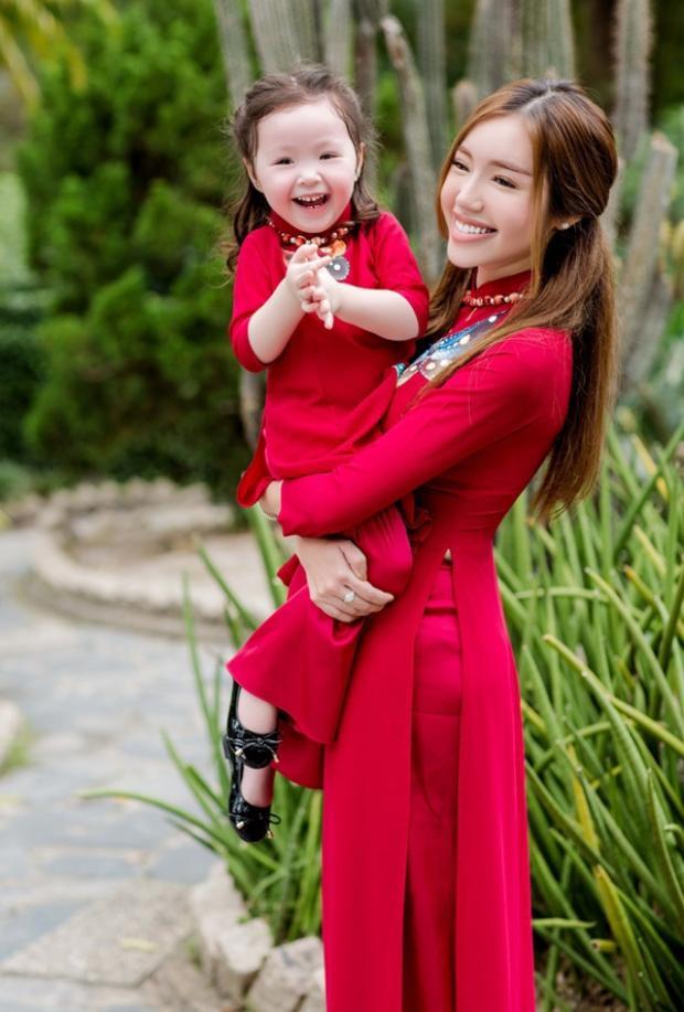 Cadie Mộc Trà càng lớn càng xinh đẹp, hy vọng bé sẽ có cuộc sống nhẹ nhàng, giản dị như chính cái tên mà mẹ Elly đã đặt.