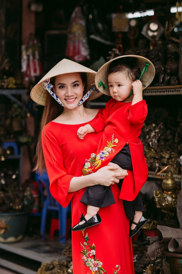 Con gái đầu lòng của Trang Nhung có cái tên được ghép bởi họ của bố mẹ - Trần Nguyễn Khánh Linh. Nữ diễn viên cho biết khi đọc lên nghe rất vui tươi và an nhiên nên hai vợ chồng quyết định chọn cho công chúa nhà mình.
