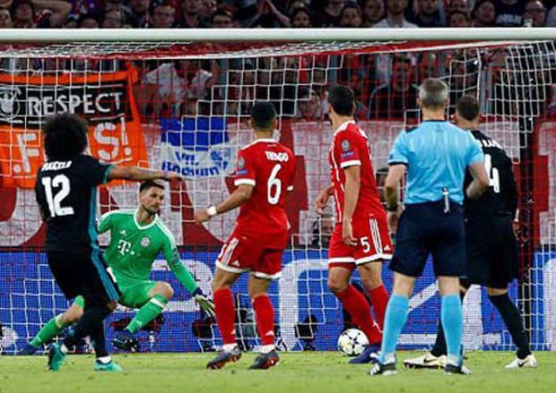 """Vào rạng sáng nay, Bayern Munich đã có cuộc tiếp đón Real Madrid tại trận lượt đi vòng bán kết Champions League. Với lợi thế sân nhà, """"Hùm xám"""" xứ Bavaria đã dễ dàng có bàn thắng mở tỷ số ở phút 28 nhờ công của Kimmich."""
